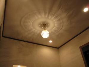 壁に映りこむ光の様子が美しいペンダントライトを玄関照明として