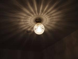 天井に広がる光の影模様が美しい天井灯106esat+pb393を玄関に
