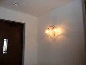 リボンのモチーフのかわいいブラケットライトwf340+352ecogを玄関の照明に