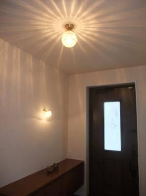 玄関ホールの天井に106E/SAT-PB393、壁にブラケットライトWB235+237/SAT