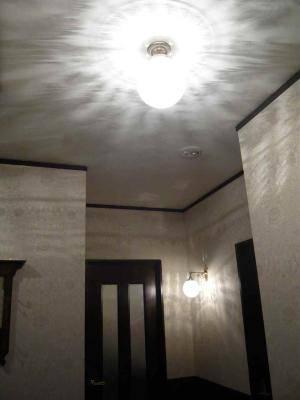 玄関のホールと奥の廊下の照明-天井灯とブラケットライトには同じガラスシェード106E/COGが使われている