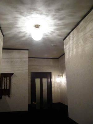 玄関の奥の壁照明WB251+106E/COGは天井灯と同じガラスシェードを使っていて、うまいコーディネートです。