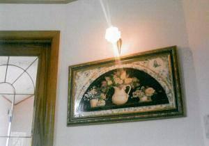 玄関の壁のタペストリーの上にブラケットライトWF574+237/SATを設置