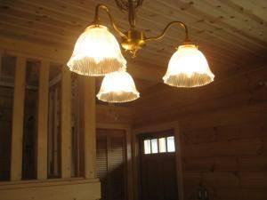 木との相性が良いシャンデリアをダイニングの照明として設置