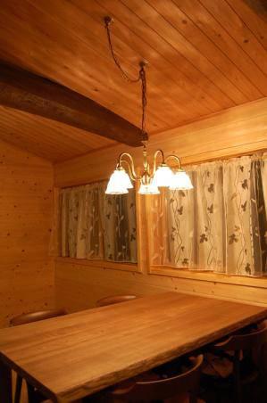 ログハウス調のダイニングテーブル用照明として、アンティーク調のシャンデリア-pb431-5+201clr