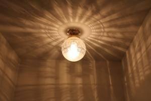 天井だけでなく壁のほうにも模様が広がった玄関の天井灯pb394+108esat