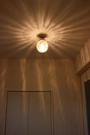 美しい光の影が天井に広がるアンティーク調の天井灯106E/SAT-PB393の施工例