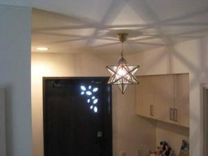 玄関の照明として吊るされたランタンla800sのシルエットと影が美しい