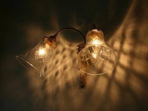 玄関に設置したブラケットライトwf340-2+421cutは壁に映る影が美しい照明です