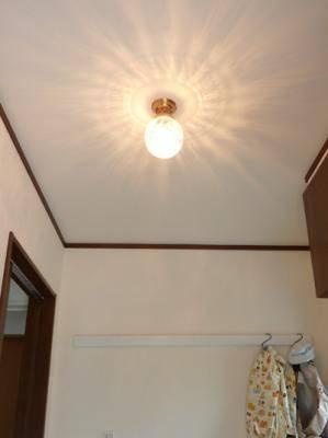 玄関照明にクラシックな光を出す天井灯pb393+106esatをとりつけた実例