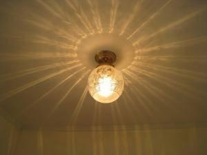 エッチング模様や光の屈折によって天井に広がる影が美しい天井灯pb393+106esatを玄関照明として