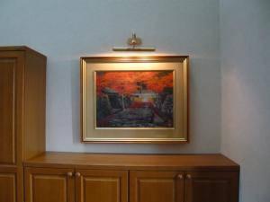 ピクチャーライト-pl3005-2-を玄関の壁に飾った絵の上に設置