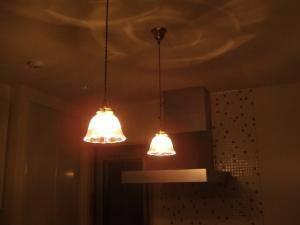 キッチン-ペンダント照明201clr-rj5を上から2本吊るしている実例