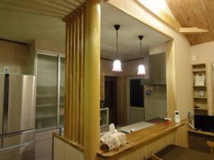 木をふんだんに使ったキッチンのカウンターの照明に、アンティーク調のペンダントライト361ered-zhj7