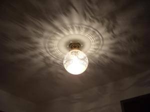 天井に映りこんでいる影模様が美しい天井灯-108ecog-pb394-を玄関照明として