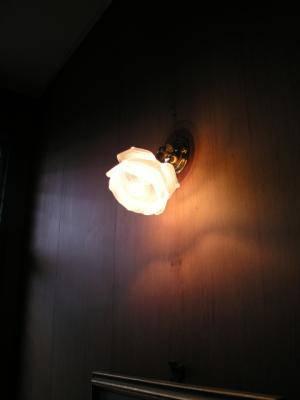 玄関の照明に、かわいいバラの形の小さなブラケットライトを設置した実例