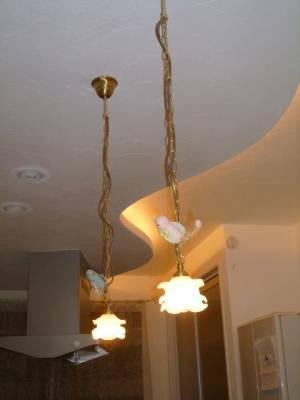 小鳥を飾った2本のペンダントライトをキッチンの照明として