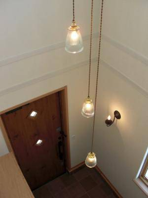玄関の吹き向け部分に吊り下げた3灯タイプのペンダントライトpb621-3+208clr
