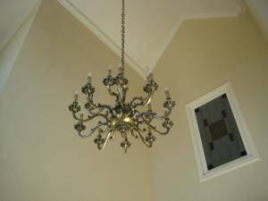 吹き抜けの玄関の照明として設置されたシャンデリアpb098-10+5