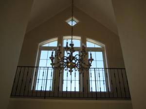 玄関照明として吹き向けに吊るされた15灯のシャンデリア