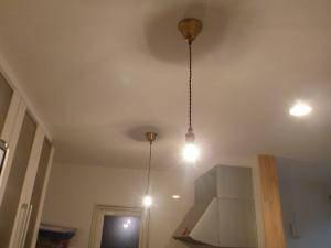 キッチン照明として、ペンダントライト(灯具のみ、ガラスなしで裸電球)s-rj5-nilを2本下げています