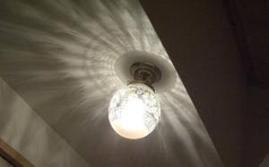 玄関の狭い天井面にうまく設置された天井灯-106ecog-pb393