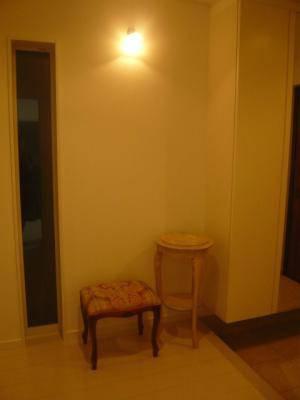 玄関ホールの照明として、壁に小さなブラケットライトwb235+237sat