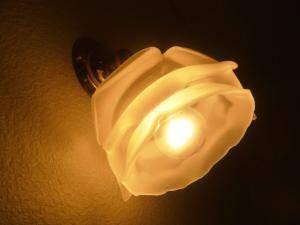バラの花びらをデザインしたガラスシェード237/SATを使ったブラケットライトを玄関照明に