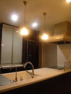 対面キッチンの照明として使われているペンダントライト477clr-rj5
