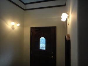 2台のリボンのブラケットライトが玄関の照明としてお客様をお出迎え