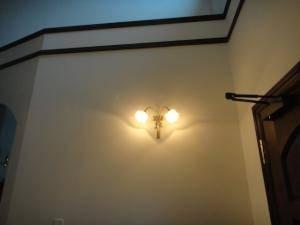 すてきなブラケットライトwf340-2+237satは玄関ホールの照明として設置
