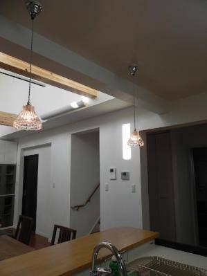 キッチン照明として使われたペンダントライト(シルバー色)k-h20-477clr-yrj5-05.jpg