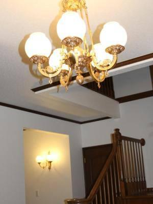玄関にアンティーク緒のシャンデリアpb776-5と、同じシリーズのブラケット照明wb1166-2