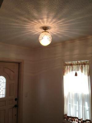 玄関ホールの照明に使われてレトロな印象を与える天井灯PB394+108E/COG