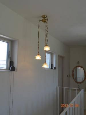 階段照明としてバラのシェードのペンダントライトを設置したときの施工例