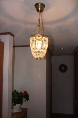 玄関ホールの照明としてアンティーク風のクリスタルシャンデリア