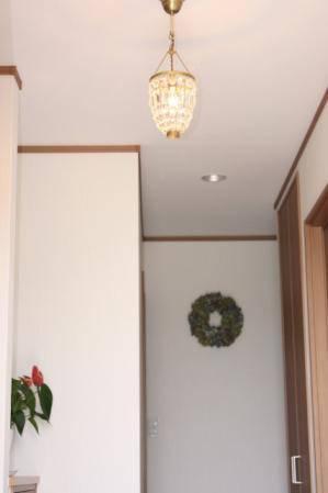玄関照明として設置されたレトロなミニシャンデリア