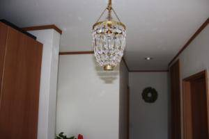 玄関ホールに使われたクラシックな照明-クリスタルの小さなミニシャンデリア