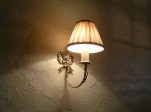 南仏をイメージした内装の塗り壁によく合うブラケットライトwb091+103/bgeを玄関の照明として