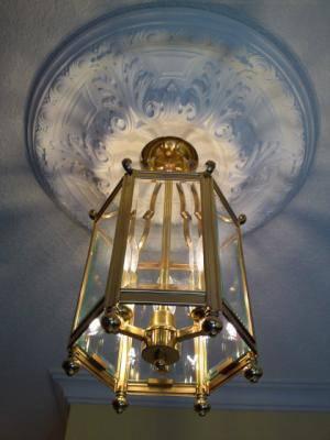 玄関ホールに設置したアンティーク感たっぷりのランタン照明