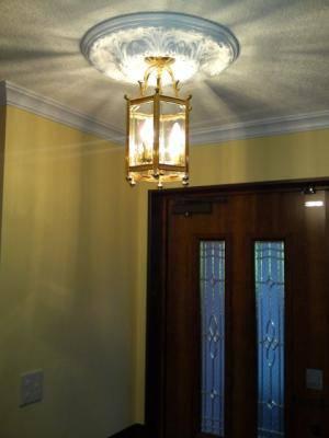 玄関の照明にトラディショナルでアンティークなランタンをメダリオンとともに