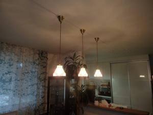 ダイニング照明として3つ吊るされたペンダントライト477clr-rj5