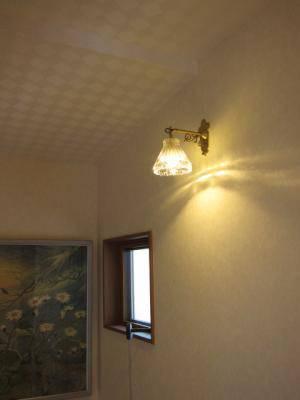 暖かな光を放つアンティーク調のブラケットライトwb251-477clrを階段照明に