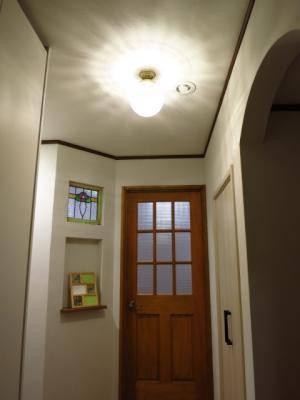クラシックな雰囲気の玄関に設置されたアンティーク調の天井灯
