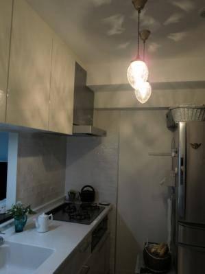 キッチンの主照明として、アンティーク調のペンダントライト2本を設置