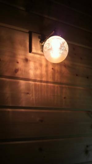 ログハウスの玄関内照明としてブラケットライトwb251+106ecogを設置してアンティークな雰囲気を