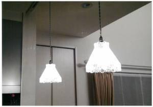 クリアなガラスで暖かな光のペンダントライトをキッチンの照明としてカウンター上に設置