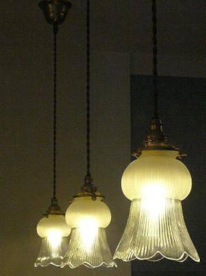ユニークな形のガラスシェードを使ったペンダントライト3本がキッチン照明として下げられています。