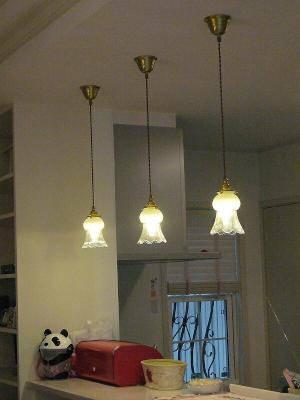 タコに似ていると言われるガラスシェードを使ったペンダントライトでキッチンカウンターを照らす