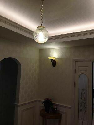 玄関ホールの折り上げ天井にペンダントライト108E/COG-HJ7をチェーンで吊るしました。